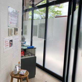 尼崎スタジオ 受付/飛沫防止のパーテーションを設置しています。