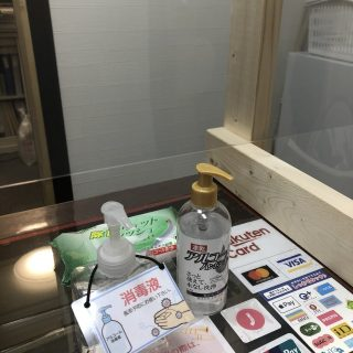 受付カウンターには、除菌剤・アルコールハンドジェルを設置